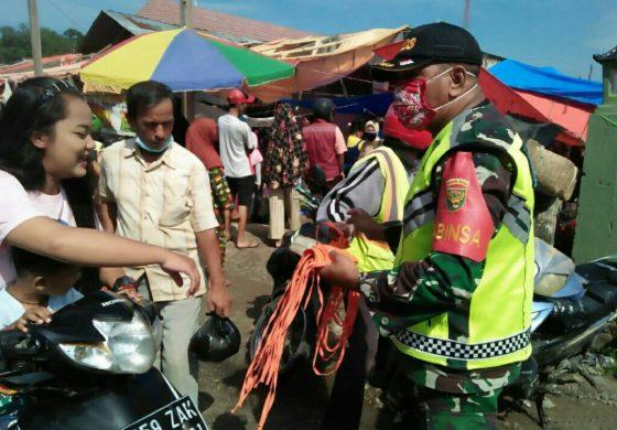 Babinsa Koramil 07/Simpang Terus Melaksanakan Disiplin Prokes Dan Bagikan Masker Kepada Masyarakat