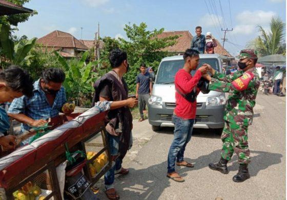 Hadir Ditengah Masyarakat, Babinsa Koramil 06 Cempaka, Bagikan Masker Gratis dan Berikan Himbauan Prokes