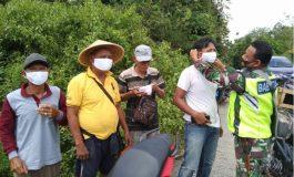 Aksi Babinsa Koramil 01/Pengandonan Bagikan Masker Dengan Gratis
